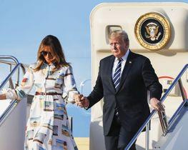 令和時代初の国賓として来日したトランプ米大統領。メラニア夫人(左)と共に大統領専用機で羽田空港に到着した=25日夕