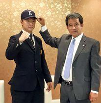 入団に合意した東海大相模高の山村(左)と潮崎編成グループディレクター