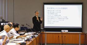 原発の安全性を強調する沢田助教(奥)=那珂市役所で