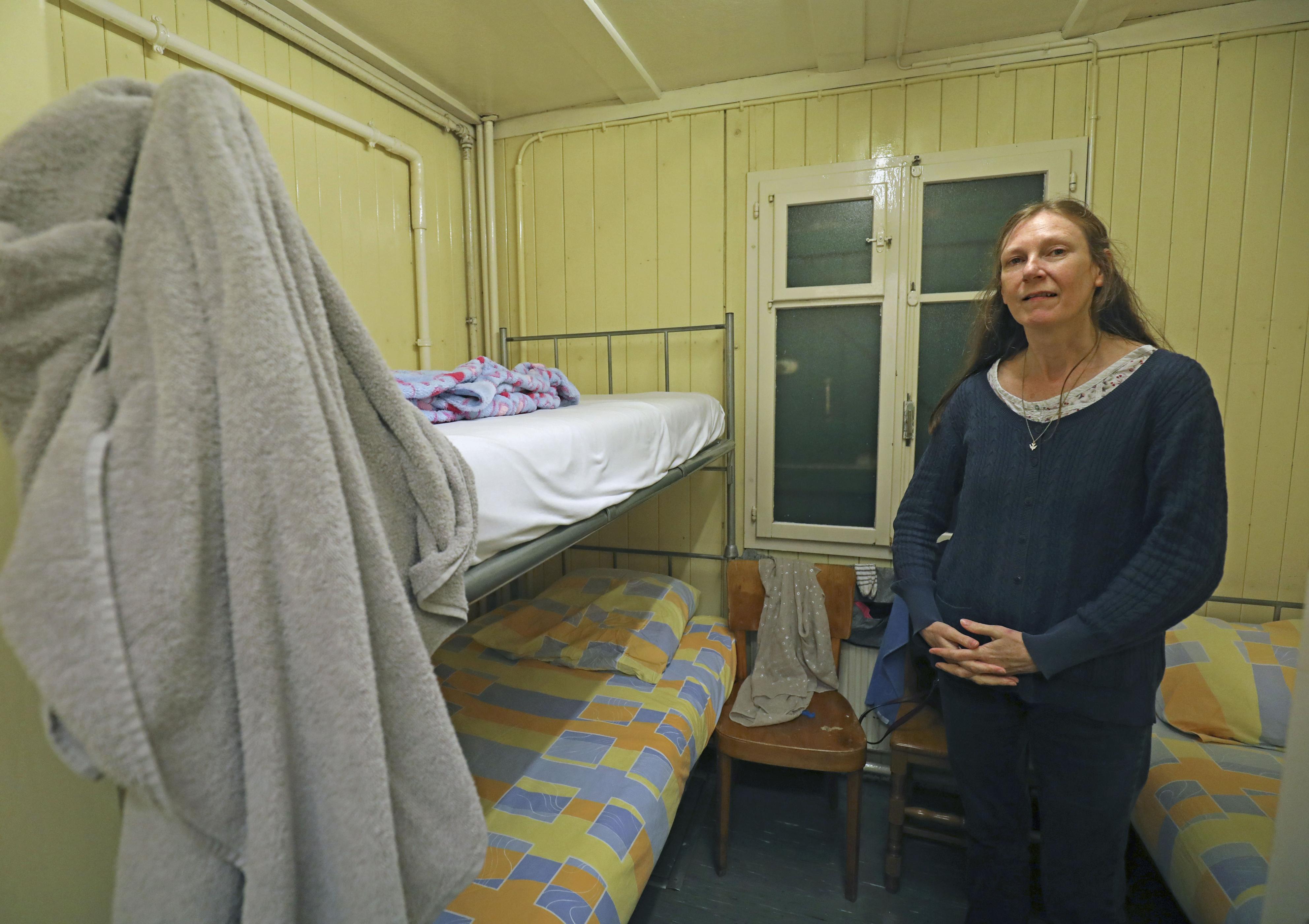 支援団体の施設でベッドを確保し、ほっとした表情のビビエンヌ。施設を転々としながら職探しを続ける=10月、スイス・ジュネーブ(共同)