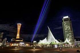 神戸市で試験点灯され、夜空を彩る「グローバルレインボー」=3日夜