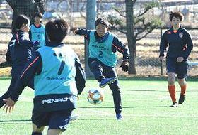 今季初の全体練習でミニゲームに取り組む新主将の横山(右から2人目)らAC長野の選手