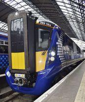 23日、英北部スコットランド・グラスゴーの駅に到着した日立製作所の新型電車「AT―200」(共同)