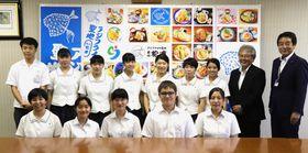 全国大会出場あいさつで市役所を訪れた松浦高の放送部、なぎなた部の生徒ら=松浦市役所