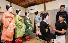 京都・上七軒の歌舞練場で「北野をどり」の衣装合わせに臨む芸舞妓=20日午前