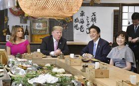 東京・六本木の炉端焼き店で夕食を共にするトランプ米大統領夫妻(左)と安倍首相夫妻=26日夕(代表撮影)