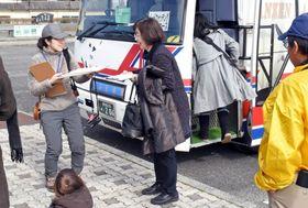 周遊バスを利用する観光客ら=出水市ツル観察センター
