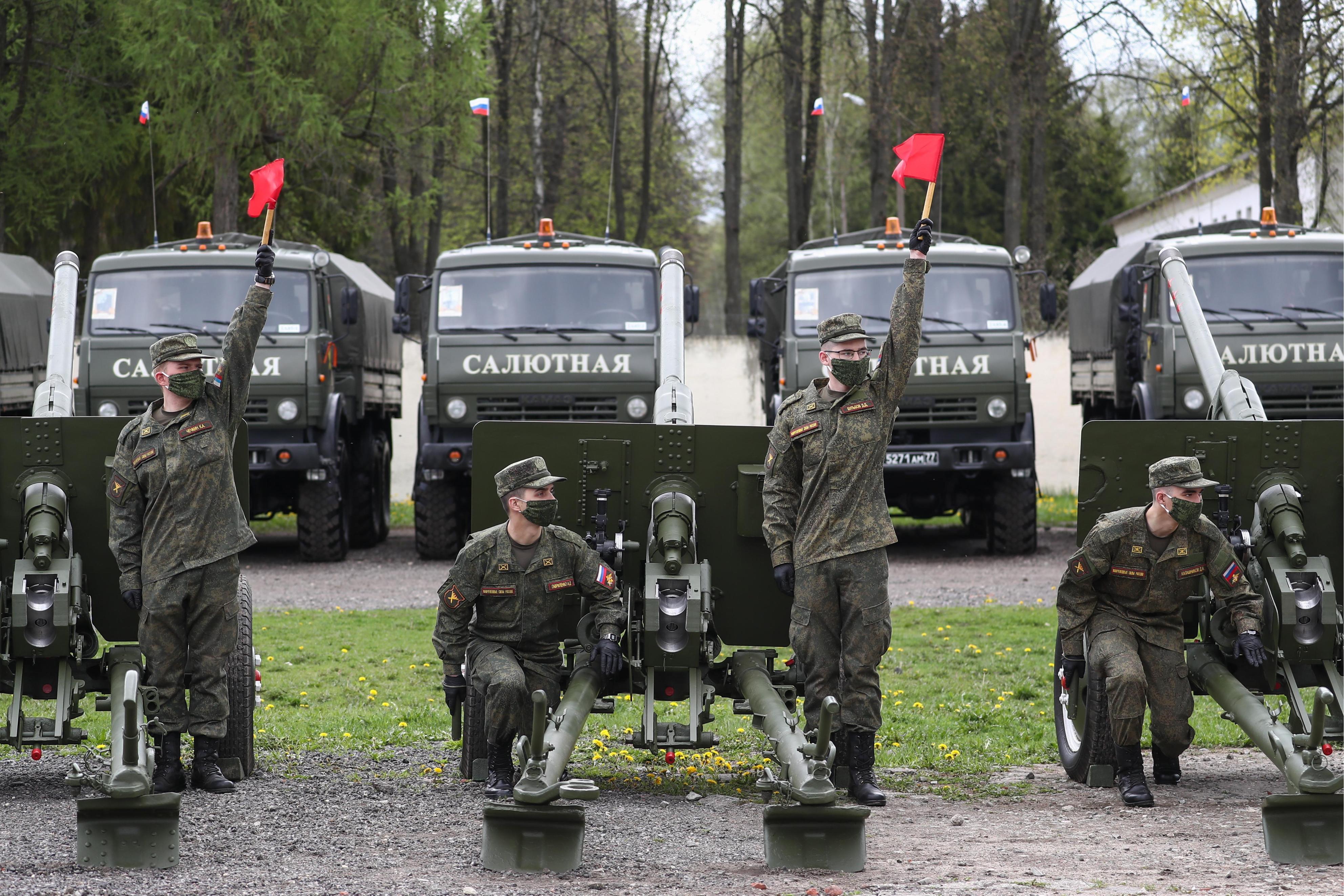 7日、モスクワ郊外で、マスクをして対ドイツ戦勝75年記念日の準備をする当局者ら(タス=共同)