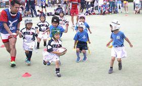 タグラグビーの交流試合を楽しむ子どもたち=横浜・八景島シーパラダイス