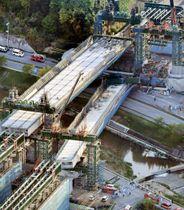 神戸市の新名神高速道路建設現場で起きた橋桁落下事故の現場=2016年4月