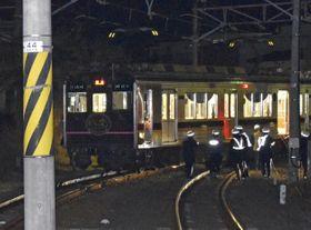 脱線し、先頭車両が反対側の線路に乗り上げた福島交通飯坂線の電車=17日午後7時41分、福島市