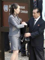 4月27日、南北首脳会談で板門店を訪れた北朝鮮のキム・チャンソン国務委員会部長。左は朝鮮労働党の金与正党第1副部長(聯合=共同)