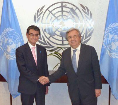 会談を前に握手を交わす河野外相(左)と国連のグテレス事務総長=15日、ニューヨークの国連本部(共同)