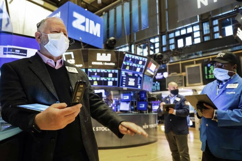 ニューヨーク証券取引所のディーラー(AP=共同)