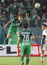 岐阜-町田 前半、初先発で軽快な動きを見せる岐阜のDF藤谷選手(左)=長良川競技場で