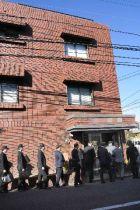 工藤会系組事務所の家宅捜索に入る県警の捜査員=14日午前10時ごろ、北九州市小倉北区(写真の一部を加工しています)