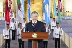 ウズベキスタン・コーカンドで開催された国際手工芸祭で演説するミルジヨエフ大統領=14日(共同)
