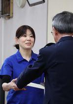 荒木署長から感謝状を受け取る本多さん(左)=時津署