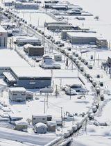 大雪に見舞われ、国道8号で立ち往生した車=2月8日、福井県内