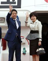 日米首脳会談のため米国へ出発する安倍首相と昭恵夫人=17日午後、羽田空港