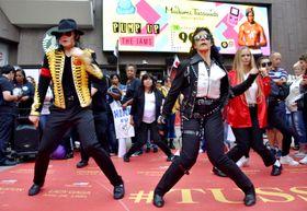 マイケル・ジャクソンさんの曲に合わせ踊るファンら=25日、米ハリウッド(共同)