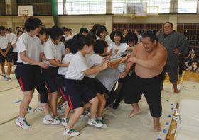 女子生徒と相撲で交流する力士ら=下呂市森の下呂中で