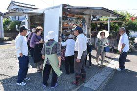 日南市の星倉住宅地区での移動販売を利用する住民たち