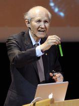 2008年12月、ストックホルム大でノーベル賞受賞の記念講演をする下村脩・米ボストン大名誉教授(共同)