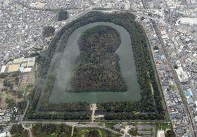 宮内庁が仁徳天皇陵として管理している堺市の大山古墳