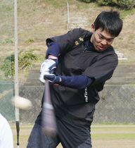 打撃練習をする米大リーグ、レッズの秋山=静岡県下田市
