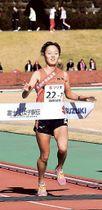 4年連続のアンカーとしてゴールテープを切る県選抜チームの7区・金子=富士総合運動公園