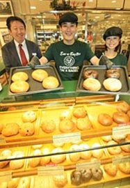 ニューヨークのエッサベーグルのできたての味を日本で提供することに成功した面高社長(左)ら