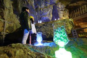 ビー玉が入ったグラスの明かりがともる新世界エリア=西海市、七釜鍾乳洞
