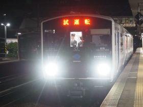 JR九州が香椎線で自動運転試験に使っている蓄電池車両「DENCHA(デンチャ)」=2019年12月28日未明、福岡市で筆者撮影