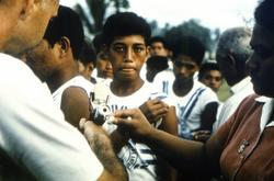 南太平洋の島国トンガで行われた天然痘ワクチンの接種=1964年(米疾病対策センター提供)