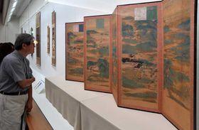 修復でよみがえった文化財が公開された会場。手前は「山水屏風」(京都市左京区・泉屋博古館)