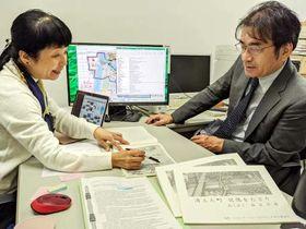 画集の訳文などについて話し合う中川代表(右)とファン・デル・ドゥース准教授