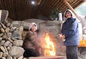 地域の女性たちが点火した火入れ式=長与町岡郷