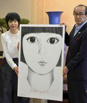 広島市の松井一実市長(右)に今年の「ヒロシマ・アピールズ」のポスターを贈呈する渡邉良重さん=8日午前、広島市役所