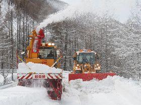 雪を吹き飛ばしながら進むロータリー除雪車=高山市丹生川町久手、県道乗鞍公園線