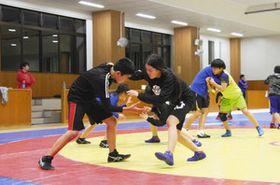 昨年3月に一新された環境で練習に励む町ジュニアレスリング教室の子どもたち=石川県志賀町総合武道館で