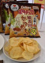 3月4日から発売される「ポテトチップス 加古川かつめし味」=兵庫県加古川市役所