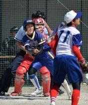 延長9回、文星女の三浦が左翼線にサヨナラ打を放つ。投手・伊藤、捕手・岡崎=大田原グリーンパーク