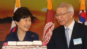2015年1月、行事に出席した梁承泰最高裁長官(右)と朴槿恵大統領(肩書はいずれも当時)=韓国・鶏竜(聯合=共同)