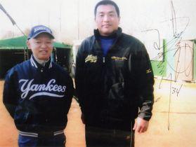 当時中日の現役投手だった山本昌広さんに、記念撮影に応じてもらった田山さん(左)。サインもしてもらったという=2012年1月、日大藤沢高