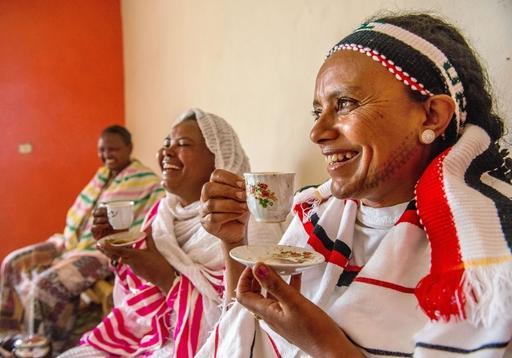 アディスアベバ郊外の民家でコーヒーセレモニーに集う女性たち。ゆったりとした時間が流れ、話に花が咲いた(撮影・中野智明、共同)