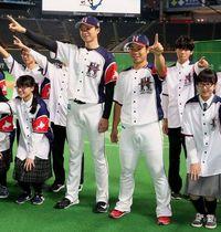 中学生と限定ユニホームを披露する上沢(中央左)と近藤(同右)