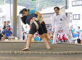 土俵上で熱戦を繰り広げる女子力士たち=静岡市葵区で