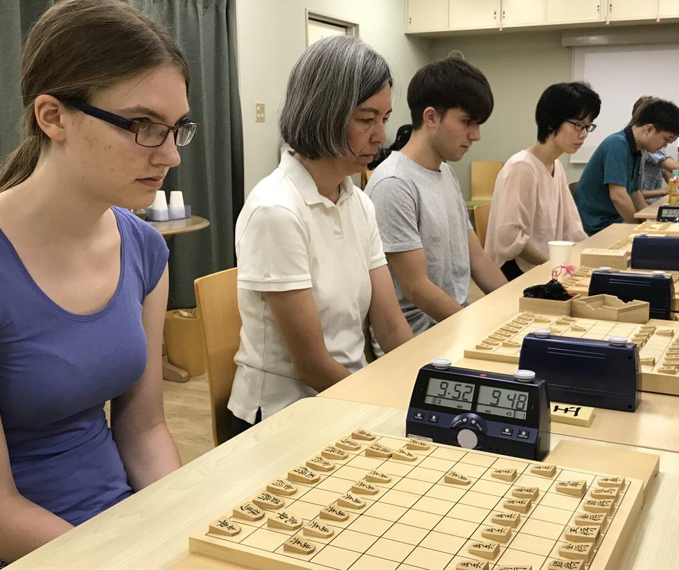 「ねこまど将棋教室」で対局するレアさん(左端)、モニカさん(左から2人目)