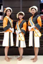 大島紬と薩摩切子を使った新しい制服に身を包む霧島ふるさと大使の3人=霧島市隼人のさつきブライダル本店